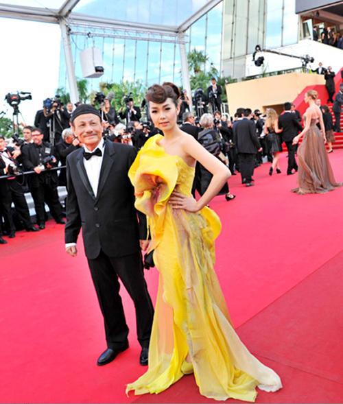 Những bộ đầm có kiểu dáng cầu kỳ hơn như Minh Hằng đang diện bắt đầu xuất hiện cùng sao Việt trên thảm đỏ Cannes.