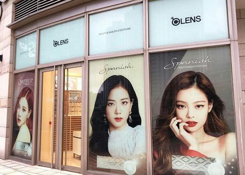 Cửa hàng chỉ không treo hình của Lisa.