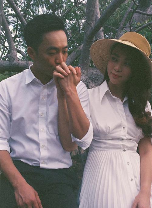 Cường Đô la hôn tay Đàm Thu Trang tình tứ trong bức hình theo phong cách vintage.