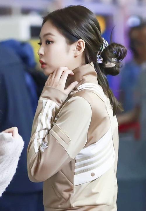 Hầu hết các fan đều biết đến tóc búi natra, tóc buộc 2 bên hay tóc thắt bím của Jennie mà quên mất cô nàng vẫn còn một kiểu tóc búi thấp xuất sắc không kém cạnh.