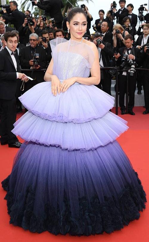 Mỹ nhân đình đám bậc nhất Thái Lan Chompoo Araya chưa bao giờ gây thất vọng khi dự Cannes. Trong ngày khai mạc liên hoan phim, cô mang đến bộ đầm bánh kem tông tím ombre bắt mắt. Thiết kế cũng có chân váy phồng xếp tầng, chất liệu vải lưới tạo độ bồng bềnh. Không hẹn mà gặp, các mỹ nhân Thái hầu như đều chọn chung một phong cách để gây ấn tượng.