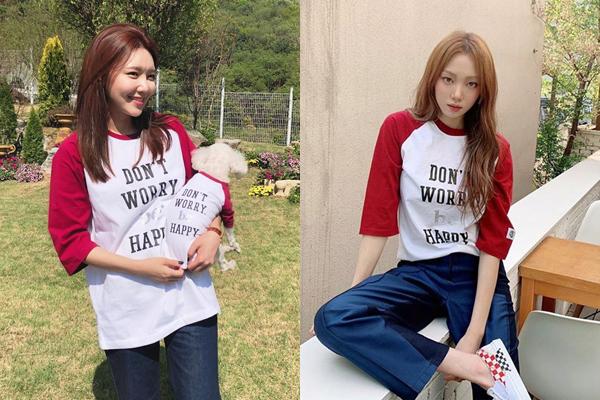 Choi Soo Young (trái) và Lee Sung Kyung mặc áo đôi, phong cách đơn giản khỏe khoắn.