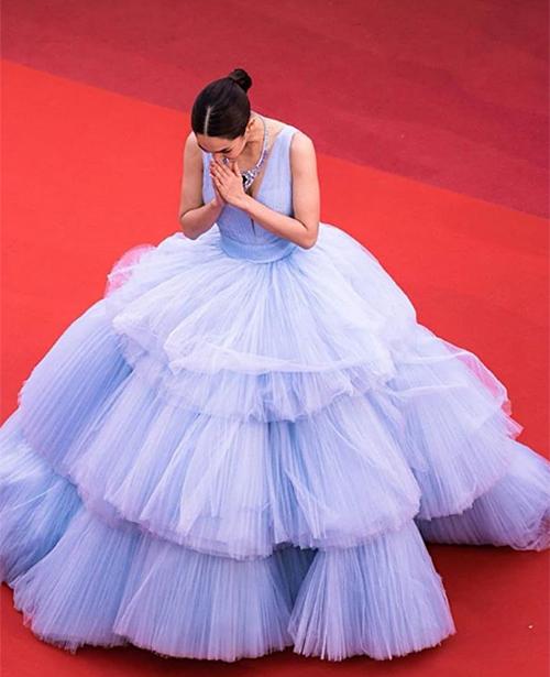 Trước đó, trong ngày đầu tiên sải bước lên thảm đỏ Cannes, Min Pechaya cũng gây chú ý với trang phục tốn vải không kém. Bộ đầm xếp tầng nhiều lớp tông màu tím pastel giúp mỹ nhân Thái nổi bật trên thảm đỏ.
