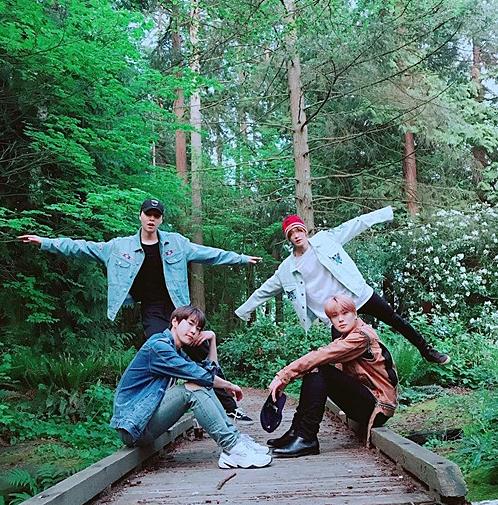Bốn chàng trai NCT 127 hào hứng tạo dáng trong rừng ở Canada.