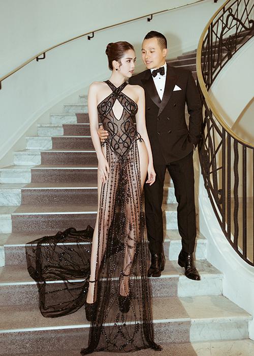 Trong lần đầu tiên tham dự LHP Cannes, Ngọc Trinh diện những bộ trang phục táo bạo. Ở ngày thứ năm của sự kiện, người mẫu nội y mặc bộ đầm đen mỏng như sương.