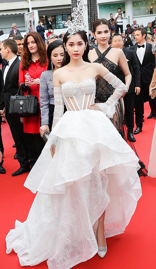 Cô diện bộ đầm theo phong cách cổ điển được NTK Huy Trần thiết kế riêng.