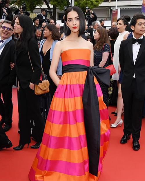 Thảm đỏ Cannes ngày thứ sáu cũng đón chào mỹ nhân nổi tiếng Sara Legge. So với các người đẹp khác, cô chọn đầm không cầu kỳ bằng, tuy nhiên cũng rất nổi bật.