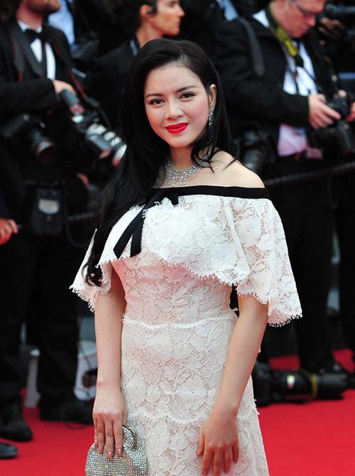 Ngay từ lần đầu tiên tham dự LHP Cannes, Lý Nhã Kỳ đã gây chú ý với trang phục đắt đỏ. Bộ váy Haute Couture của Chanel giá hơn 2 tỷ đồng cô chọn lúc đó đến nay vẫn được nhắc đến như một trang phục ấn tượng của sao Việt tại Cannes.