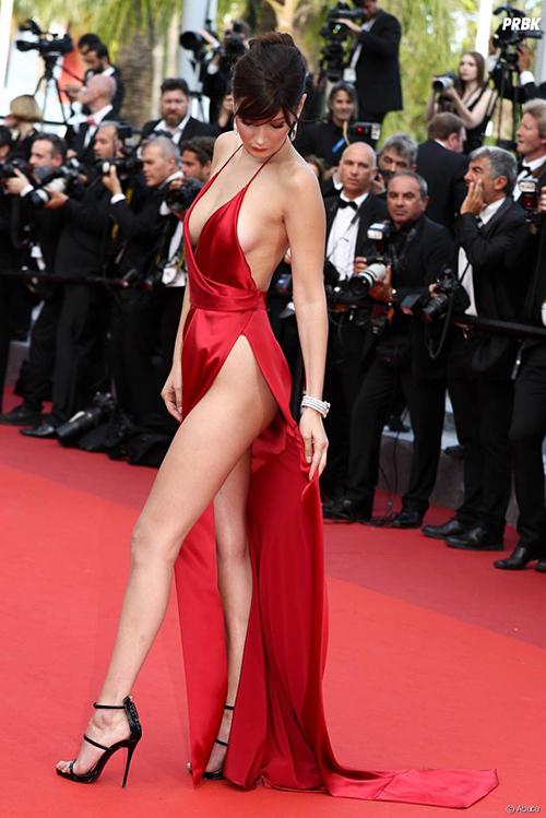 Hở bạo là một thương hiệu của Bella Hadid, vì thế cô chẳng ngại những thiết kế dễ gây nơm nớp.Ở LHP Cannes 2016, chân dài thu hút spotlight vì bộ váy che chắn hờ hững, gió thổi cũng bay.