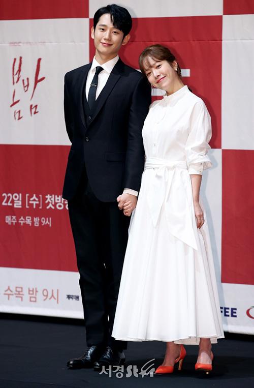 Đoàn làm phim One Spring Night tổ chức họp báo vào chiều 21/5. Hai diễn viên chính Jung Hae In - Han Ji Min chọn trang phục đen trắng đầy ăn ý. Cả hai đẹp đôi bên nhau bất chấp việc nữ diễn viên lớn hơn Jung Hae In 6 tuổi.