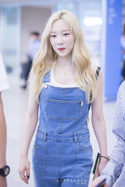 Tae Yeon diện quần yếm denim khỏe khoắn, năng động ở sân bay.