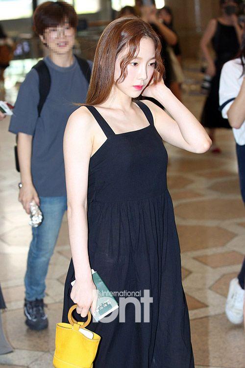 Một lần khác, bộ váy hai dây thùng thình cũng khiến Tae Yeon thêm phần nhỏ bé.
