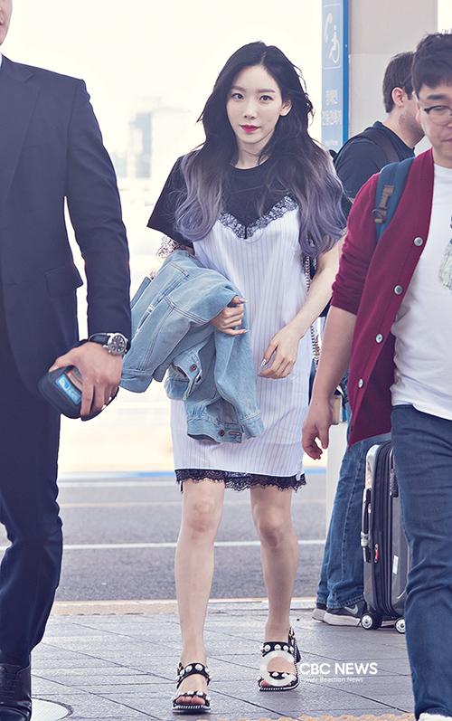 Vòng eo của Taeyeon hoàn toàn vô hình trong những kiểu đầm phom suông.