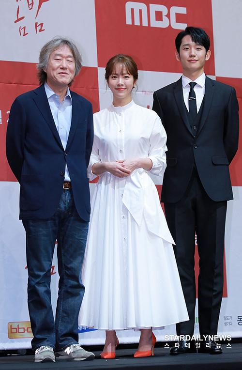 One Spring Night là tác phẩm tiếp theo của đạo diễn Ahn Pan Suk - người tạo nên thành công cho bộ phim Chị đẹp mua cơm cho tôi. Đây cũng là lần thứ 2 đạo diễn hợp tác với Jung Hae In.