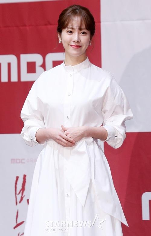 Han Ji Min là một trong những chị đẹp nổi tiếng của màn ảnh Hàn Quốc. Nữ diễn viên được khen trẻ hơn tuổi thật (36 tuổi). Ngoài nhan sắc, tài năng của Han Ji Min được khẳng định qua giải thưởng Nữ chính xuất sắc tại Lễ trao giải Rồng Xanh lần thứ 39