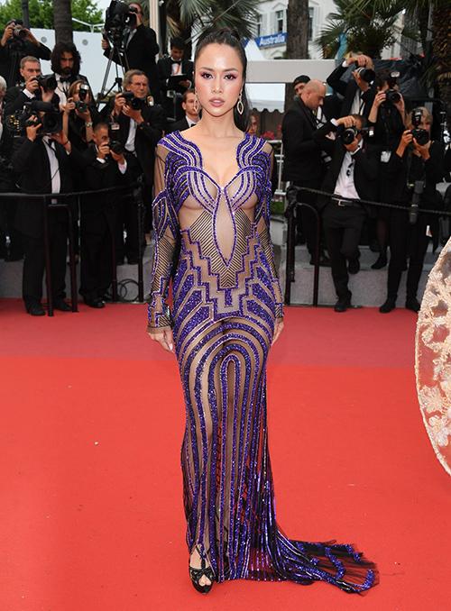 Tại LHP Cannes năm ngoái, Vũ Ngọc Anh cũng bước lên thảm đỏ với bộ váy hở hangkhông kém. Dưới lớp váy xuyên thấu, nữ diễn viên không mặc áo ngực, chỉ diện quần nội y màu nude.
