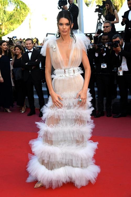 Cũng trên thảm đỏ LHP Cannes 2018, Kendall Jenner gây tranh cãi khi ngó lơ nội y dù mặc bộ váy ren trắng mỏng như giấy. Nhiều người cho rằng nếu dùng miếng dán ngực, vẻ ngoài của siêu mẫu đã sang trọng hơn.
