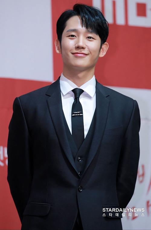 Khác với vẻ ngoài trẻ thơ trong Chị đẹp mua cơm cho tôi, Jung Hae In xuất hiện với hình ảnh trưởng thành, nam tính hơn trong phim mới. One Spring Night sẽ lên sóng đài MBC vào9 giờ tối 4-5 hàng tuần bắt đầu từ 22/5
