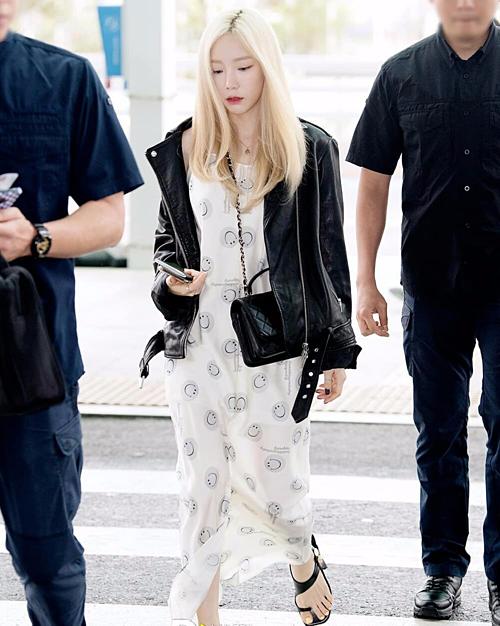 Vốn yêu thích phong cách thoải mái, năng động khi ra sân bay, Tae Yeon ưu tiên các kiểu đồ rộng rãi. Vài ngày trước, người đẹp cũng giấu đường cong trong chiếc đầm hai dây.