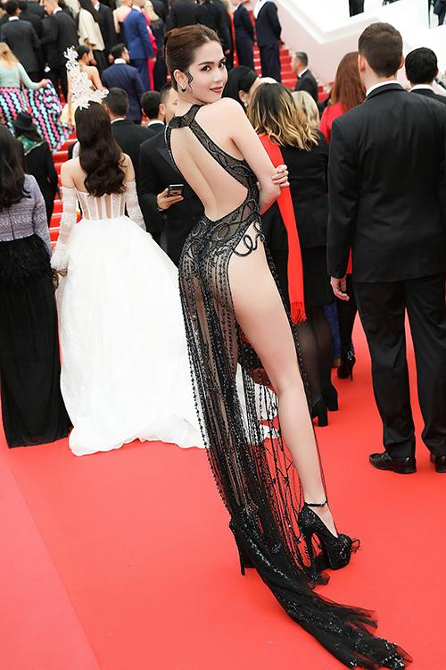 Lần đầu tiên tham dự LHP Cannes, Ngọc Trinh mang đến bộ váy xuyên thấu mỏng như sương, khoe tối đa đường cong cơ thể. Thiết kế xẻ cao quá hôngkhiến Ngọc Trinh bị nhiều người chê mặc như không, một số trang báo Trung Quốc còn gọi trang phụccủa cô là đồ gợi dục.