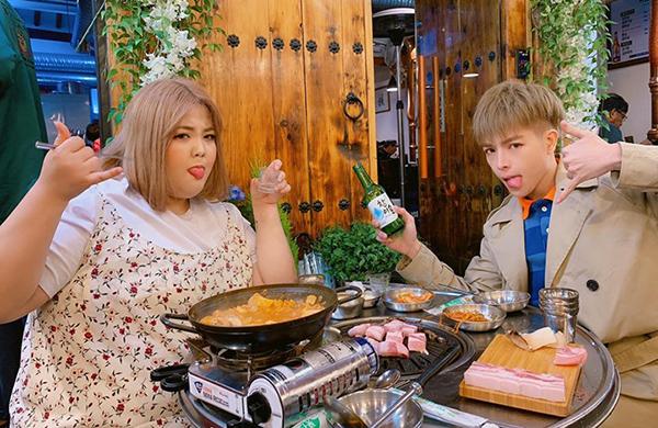 Đức Phúc nhí nhố khi đi ăn cùng bạn diễn bé bự người Hàn Quốctrong MV mới.
