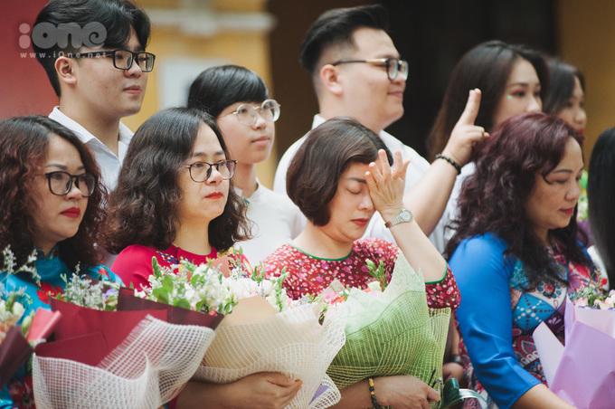 <p> Ngay từ phần lễ, các cô giáo đã đỏ hoe mắt vì xúc động.</p>