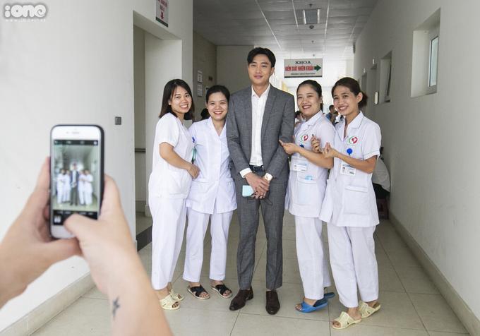 <p> Những thực tập sinh tại Bệnh viện Đa khoa Đông Anh nhận ra Quốc Trường và xin chụp ảnh cùng.</p>