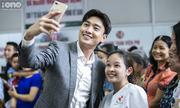 Khán giả vây kín xem đoàn phim 'Về nhà đi con' ghi hình