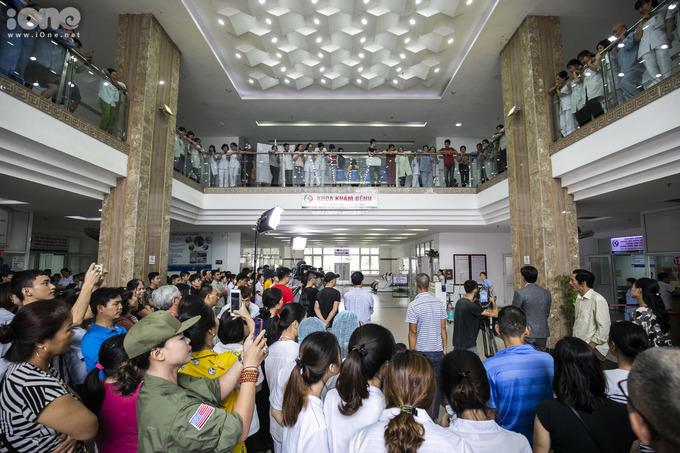<p> Khán giả xếp hàng chật kín sảnh bệnh viện Đa khoa Đông Anh để theo dõi đoàn phim 'Về nhà đi con' thực hiện những cảnh quay.</p>