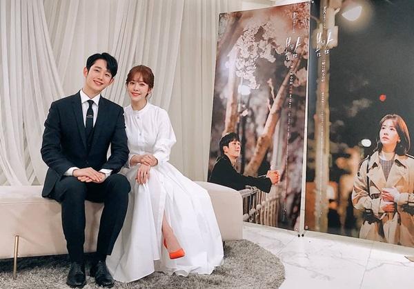 Jung Hae In chia sẻ ảnh đẹp cùng đàn chị Han Ji Min trong hậu trường buổi họp báo ra mắt One Spring Night.