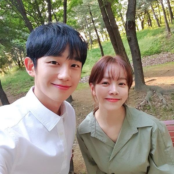 Han Ji Min khiến fan đòi đẩy thuyền khi đăng ảnh bên Jung Hae In trên trường quay. Chênh nhau 6 tuổi nhưng cặp chị em mới của màn ảnh Hàn vẫn rất đẹp đôi.