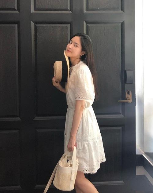 Vẻ dịu dàng, trong sáng với phong cách đậm chất hè của Na Eun.