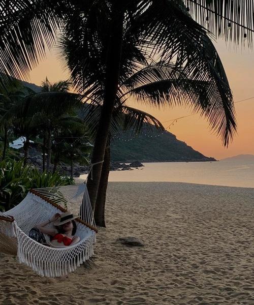 Cô nàng có khoảng thời gian nghỉ ngơi, thư giãn trên bãi biển.