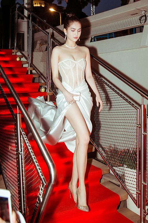Sau khi xuất hiện trên thảm đỏ Cannes ngày thứ năm, Ngọc Trinh tiếp tục tham dự một sự kiện bên lề liên hoan phim này trước khi trở về Việt Nam. Trong buổi tiệc tối 21.5, người đẹp diện bộ trang phục cũng rất gợi cảm.
