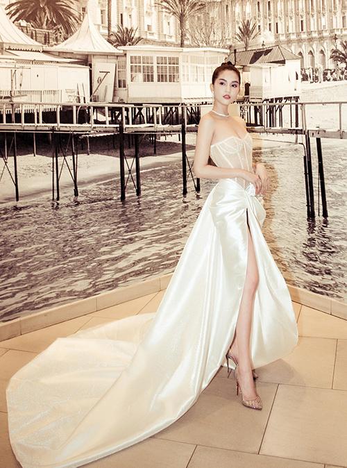 Thiết kế gồm phần thân trên may kiểu corset ôm sát vòng một, chất liệu xuyên thấu mỏng manh. Phần tà váy của người đẹp trông như được quấn hờ hững, xẻ cao ngút ngàn để tôn chân dài.