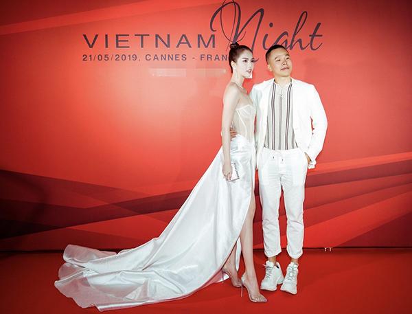 Không táo bạo bằng những bộ cánh trước đó nhưng thiết kế này của Lê Thanh Hòa dành cho Ngọc Trinh cũng rất gợi cảm.