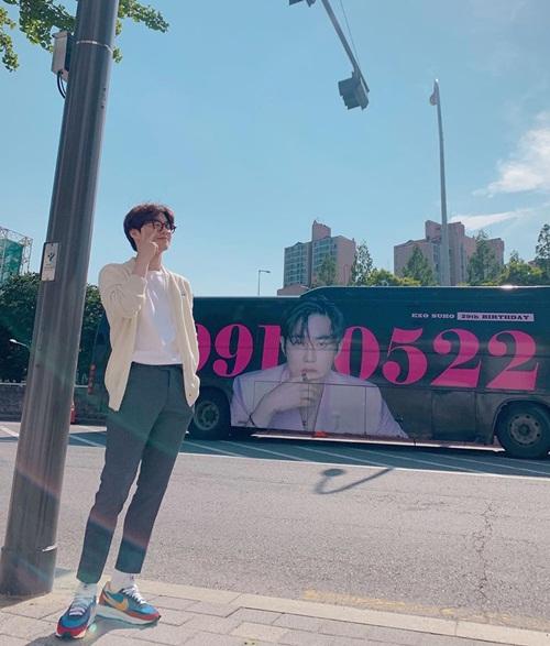 Su Ho được các fan chúc mừng sinh nhật bằng xe buýt in hình trưởng nhóm EXO.
