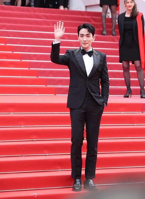 Nam diễn viên Trấn Hồn Chu Nhất Long bảnh bao trên thảm đỏ.