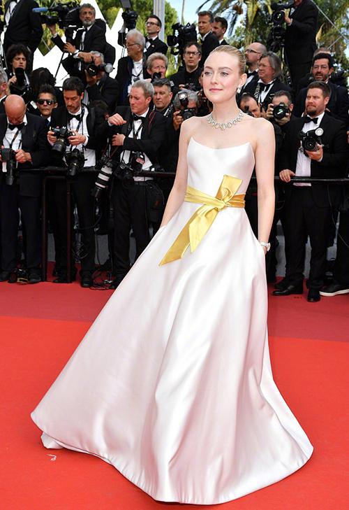 Cô chị Dakota Fanning cũng góp mặt trên thảm đỏ với trang phục lộng lẫy không kém.