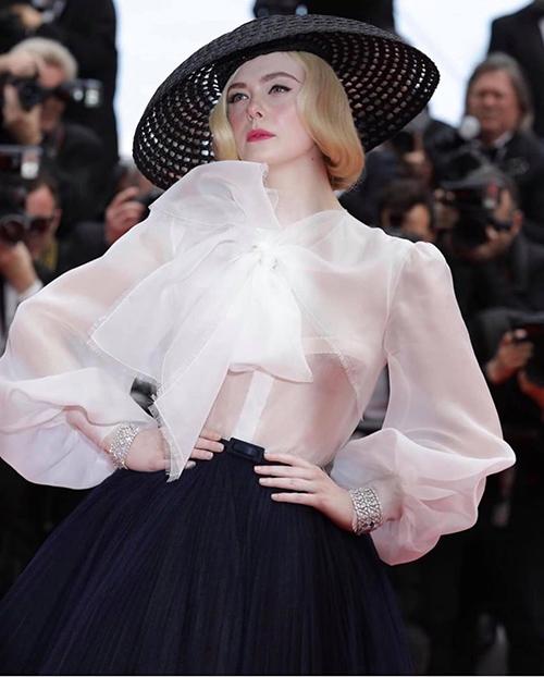 Chiếc áo Elle đang mặc có chất liệu xuyên thấu mỏng manh. Tuy nhiên cô có lựa chọn nội y rất tinh tế để không khiến trang phục trở nên phản cảm.