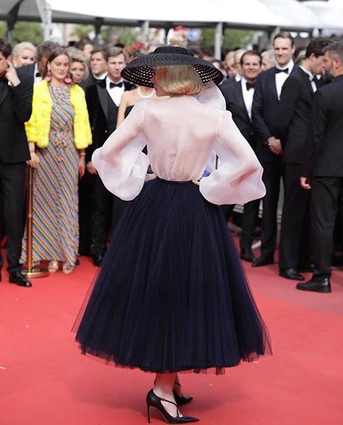 Chiếc áo corset mặc phía trong có màu rất sát với da thật, vừa giúp Elle che chắn cơ thể hiệu quả, lại vô hình trước ống kính.