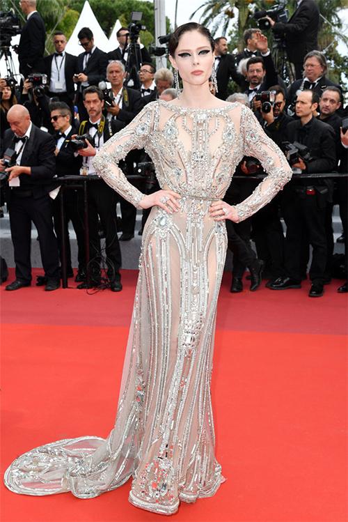 Chân dài Coco Rocha quyền lực trong bộ váy ánh bạc. Thiết kế được đắp một lớp vải nude phía trong, tạo hiệu ứng như xuyên thấu.