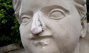 Người mẫu 18 tuổi gây bức xúc vì đập vỡ mũi tượng 200 tuổi