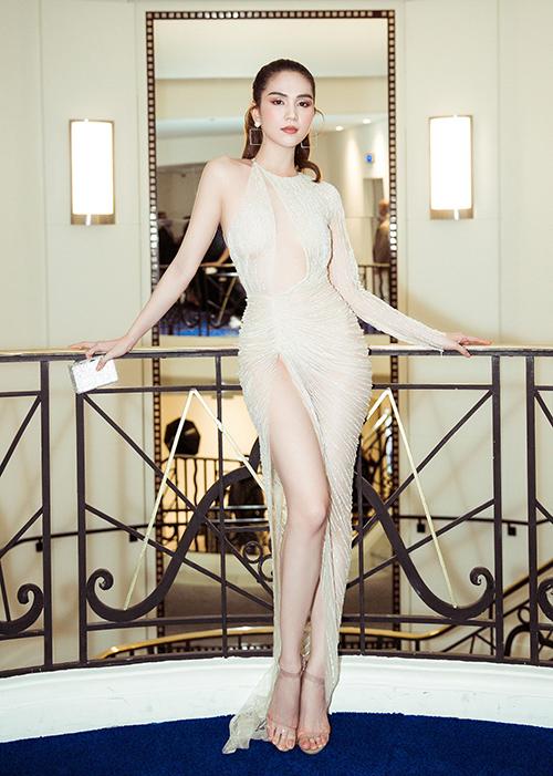 Tại LHP Cannes lần này, Ngọc Trinh tham gia hai buổi tiệc tối và một lần lên thảm đỏ. Trước đó, cô cũng diện đầm Lê Thanh Hòa chung thiết kế siêu mỏng - xẻ cao đến dự một sự kiện.