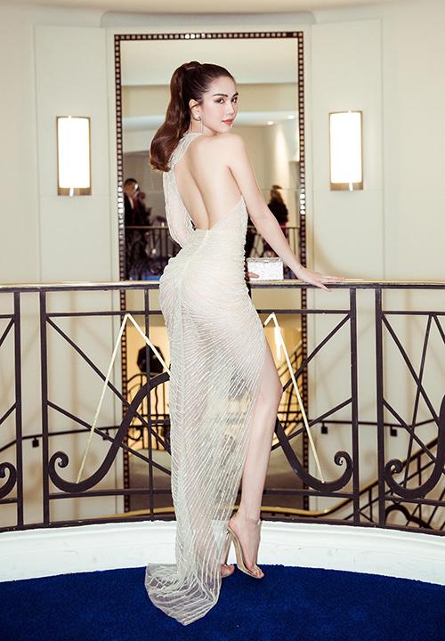 Dù nhận nhiều ý kiến chỉ trích vì phong cách ăn mặc hở hang trong lần đầu đến Cannes, Ngọc Trinh giữ tâm trạng thoải mái. Cô cho rằng vì là nữ hoàng nội y nên mặc thế là bình thường.