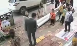 Chàng trai Trung Quốc bị bạn gái tát 52 cái vì không tặng điện thoại