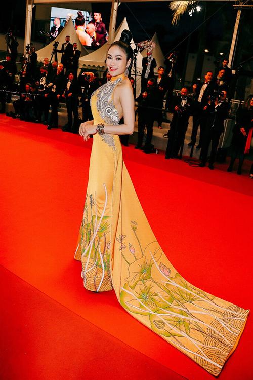 Hoa hậu Áo dài Tuyết Ngathảm đỏ LHP Cannes 2019 trong phần premire của bộ phim Frankie.