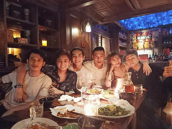 Dàn sao Chạy đi chờ chi đi ăn nhà hàng chúc mừng sinh nhật anh cả Trương Thế Vinh.