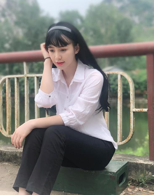 Quỳnh Kool e ấp trong tạo hình cô nữ sinh thời năm 2000.