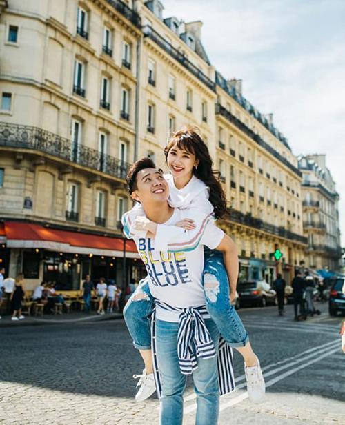 Trấn Thành cõng bà xã Hari Won đầy tình cảm giữa đường phố Paris.